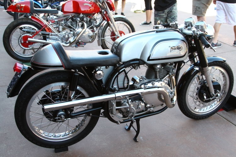 Mars Webster's Norvin, This one is one of my favorite Comet. Just behind an Egli Vincent by Godet. Indeed in a Featherbed, the led replacing the rear cylinder is gone and make the design much lighter. Just behind John Surtees' Lightning Replica (Surtees' one is Black) © Mars Webster.
