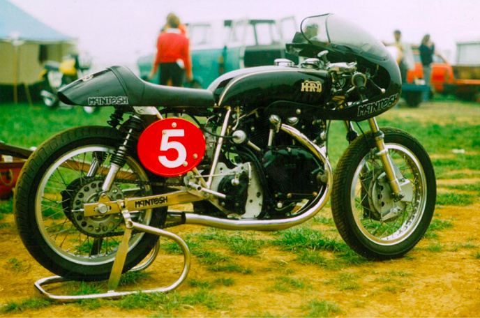 McIntosh is focussing on racing. He mede a (few) frame for racing Vincent inspired by the Egli frame. This picture was taken in 1985.