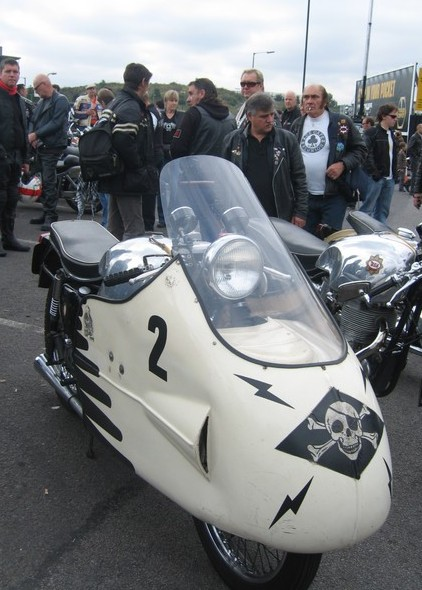 The Dustbin allows you to work on your own original paint scheme like on this BSA Road Rocket. Next to her, a BSA 500 Gold Star DBD34