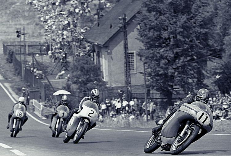 5. Catch me if you can: In 1968, Agostini on the superior MV Agusta won all ten rounds of the 500cc. Agostini not only set new lap records on each track but sometimes he even lapped the whole field like on this occasion on the fast Sachsenring circuit. (Source Metzeller)