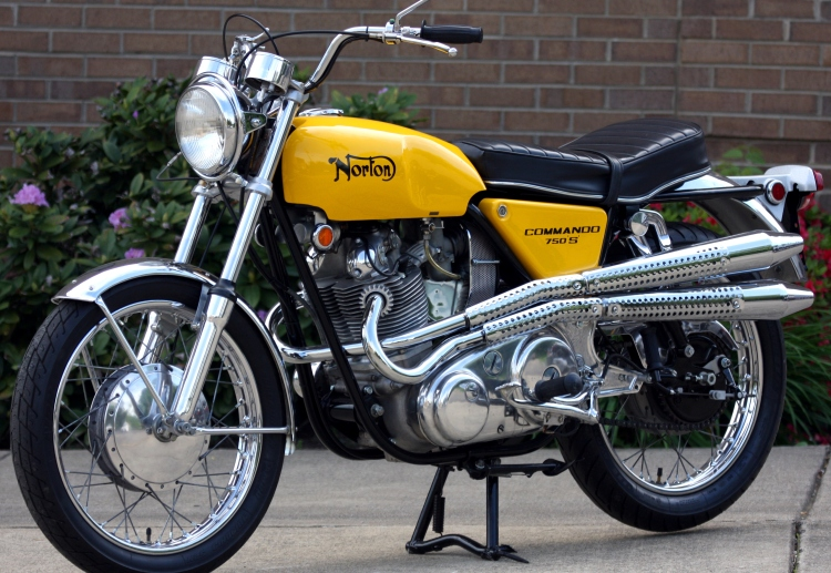 Very rare, the Norton Commando 750 S inspired by the Flat Track and targeting the US market