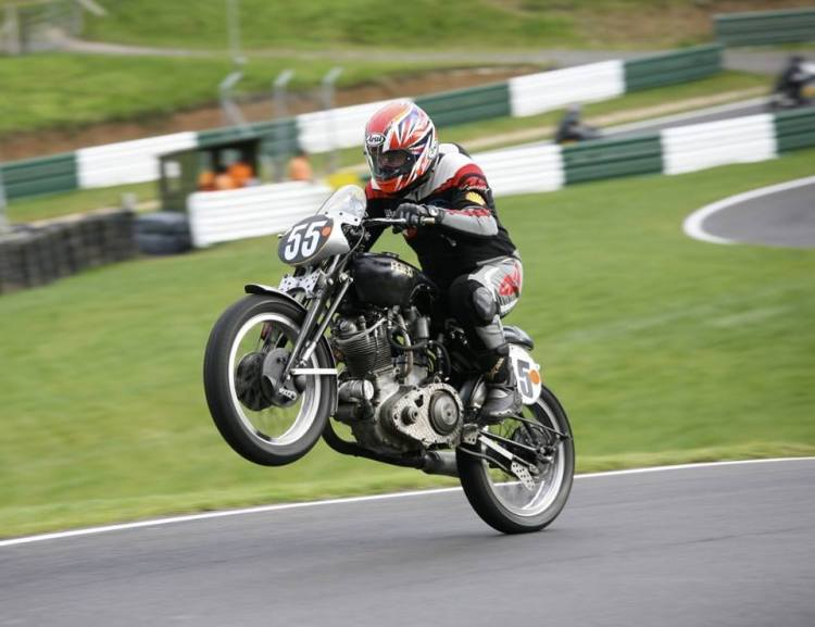 Ben Kingham has raced for years an Egli-Vincent Twin and this Comet. Today Ben is still racing it in the BHRC championship. This Comet currently features a 572cc (90x90) engine with twin spark B-TH electronic ignition, Bob Newby multi-plate dry clutch/belt drive and a modified Burman 4-speed gearbox.