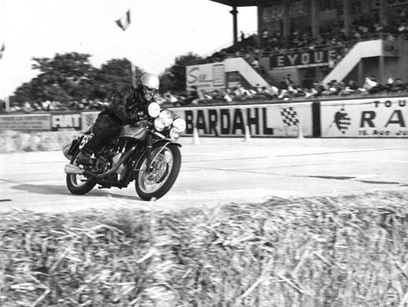 The Velocette in the chicane materialized by straw bales before the grandstand.