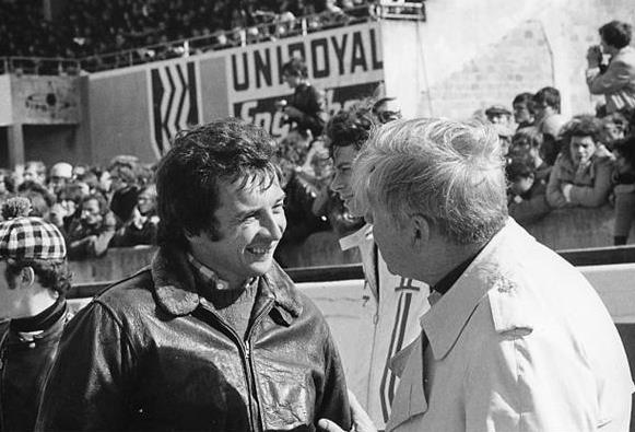 The reunion of two great historical figures of the French motorcycle: Georges Monneret (right) and Jean-Pierre Beltoise, a Formula 1 pilot, which came back to feel the atmosphere of his debut on two wheels.