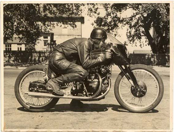 1952: Simulation of Racing Position, the bike is nearly new and still shining © Franc Trento