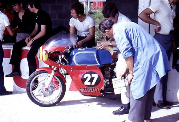Blue tank, white pinstripes and red fairing: was it a way for Guignabodet-Baldé to Frenchify their 250 Suzuki ? Note the storekeeper outfit and slippers, the supporting team looks quite modest in appearance....