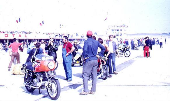 Nice mess on the starting line, where they are preparing to start in the Le Mans style. Guili-Bertrand's Laverda 750 is in the foreground, but it is another Laverda that Appietto-Naudon that will most concern to future winners.