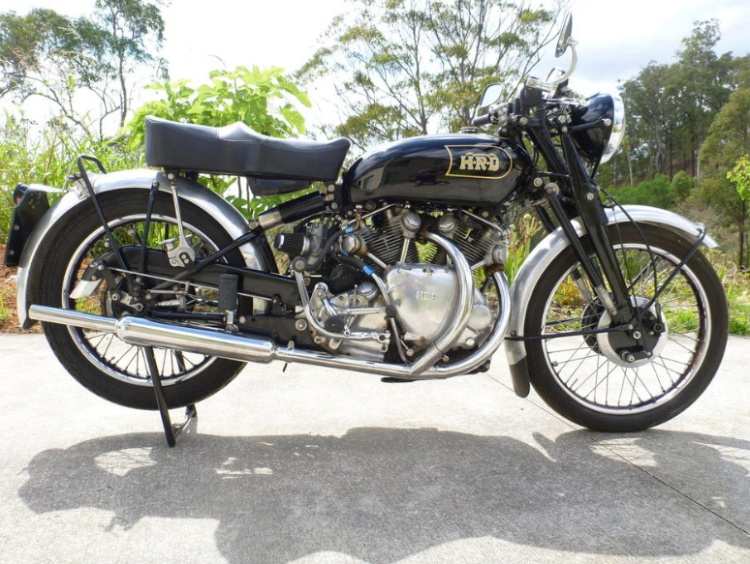 The 1947 Vincent Series B Rapide today| Frame no. R2312 | Engine no. F10AB1313. It was not sold and will likely come back soon on the stage.