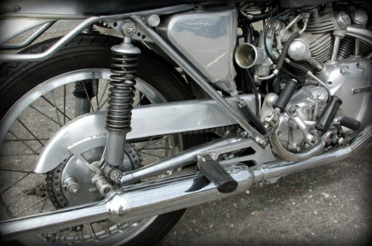 Note the typical Velocette swinging arm with its tapered tubes similarly to a racing bicycle. Unlike the Egli, the lake of vertical tube opens space around the engine. Picture © Michel Cottereau