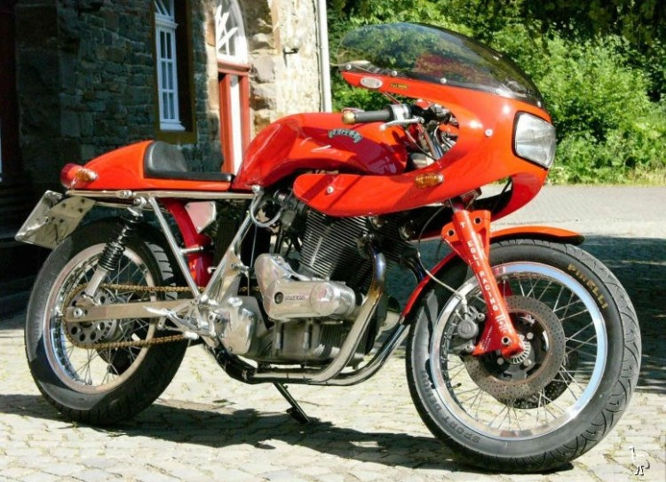 One of the 25 original Egli-Laverda made by Fritz in Switzerland, Look at the typical Egli fairing with the square headlamp and the Egli front fork.