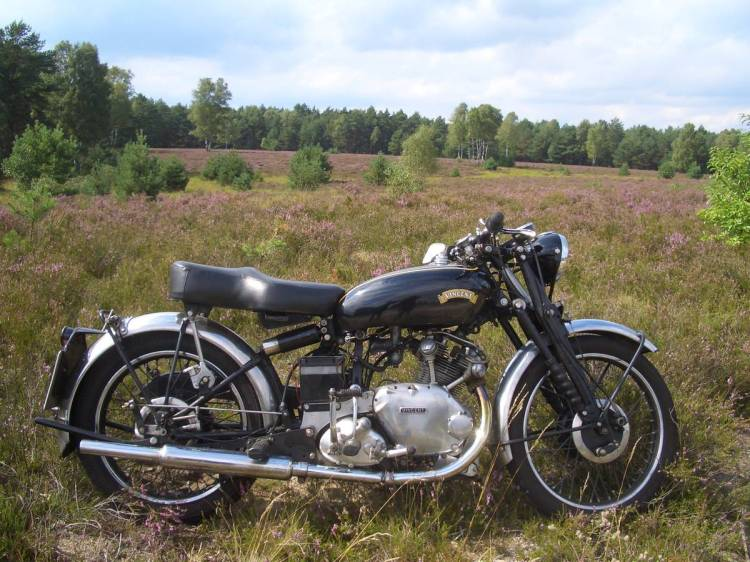 The Comet uses a Burman gearbox which was also used on multiple British motorcycles. Numerous folding kick start were proposed but they are short as designed for singles.